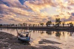 Barco abandonado en la salida del sol Fotos de archivo libres de regalías