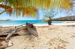 Barco abandonado en playa arenosa en Madagascar Fotos de archivo