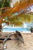 Barco abandonado en playa arenosa en Madagascar Foto de archivo
