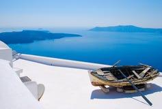 Barco abandonado en Santorini, islas griegas Imagen de archivo libre de regalías