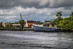 Barco abandonado na água fotografia de stock