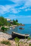 Barco abandonado na costa Fotos de Stock Royalty Free