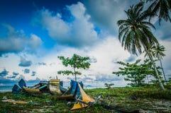 Barco abandonado por la playa Imagen de archivo libre de regalías