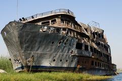 Barco abandonado quemado de la travesía en el Nilo. Imagen de archivo