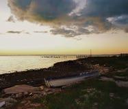 Barco abandonado só ao lado do cais e das águas de Bahama Imagens de Stock Royalty Free