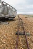 Barco abandonado velho com os trilhos em Pebble Beach Fotografia de Stock