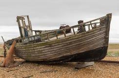 Barco abandonado velho em Pebble Beach Fotos de Stock Royalty Free