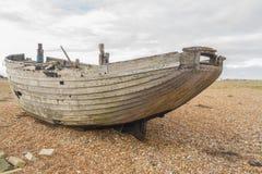 Barco abandonado velho em Pebble Beach Imagens de Stock Royalty Free