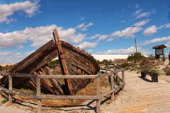 Barco abandonado viejo en la playa Fotografía de archivo