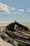 Barco abandonado viejo en la playa Imagen de archivo libre de regalías