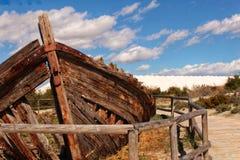 Barco abandonado viejo en la playa Imagenes de archivo