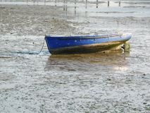 Barco abandonado vintage azul en la playa fotos de archivo libres de regalías