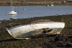 Barco abandonado y varado con un casco dañado Fotos de archivo libres de regalías