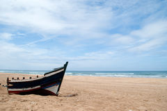 barco abandonded en la playa de achakkar, Marruecos Imagen de archivo