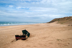 barco abandonded en la playa de achakkar, Marruecos Fotos de archivo libres de regalías