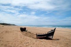 barco abandonded en la playa de achakkar, Marruecos Imágenes de archivo libres de regalías