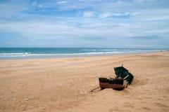 barco abandonded en la playa de achakkar, Marruecos Imagen de archivo libre de regalías