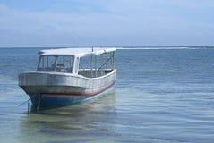 Barco acima amarrado que olha para fora para o mar. fotografia de stock