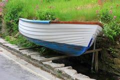 Barco acima de enfileiramento levantado ao lado da rua fotografia de stock
