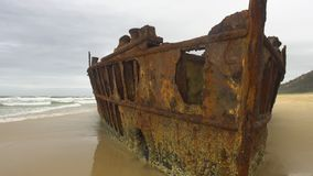 Barco aherrumbrado en la playa metrajes