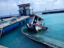 Barco ahogado en el embarcadero de Vilingili Imagen de archivo