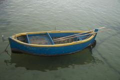 Barco amarelo e azul foto de stock royalty free