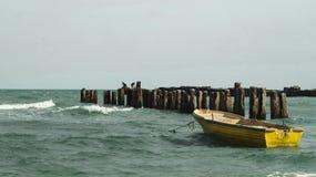 Barco amarelo na praia imagens de stock royalty free