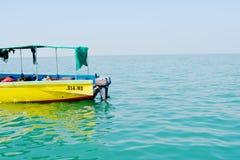 Barco amarillo en él centro del océano imagenes de archivo