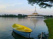 barco amarillo en el lago Imágenes de archivo libres de regalías