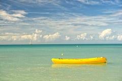 Barco amarillo en el mar Fotos de archivo