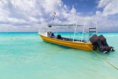 Barco amarillo en la costa del mar del Caribe Imágenes de archivo libres de regalías