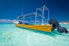 Barco amarillo en la costa del mar del Caribe Fotos de archivo