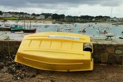 Barco amarillo, playa de Bretaña Foto de archivo