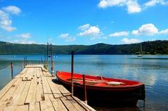Barco amarrado à doca no lago Imagens de Stock Royalty Free