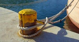 Barco amarrado ao cargo 4k da amarração vídeos de arquivo