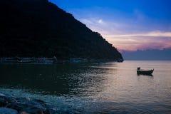Barco amarrado cerca de la costa en la salida del sol Fotos de archivo libres de regalías