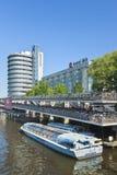 Barco amarrado del viaje cerca del hotel de Ibis, Amsterdam, Países Bajos Foto de archivo