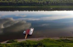 Barco amarrado el día de verano, río Imagen de archivo
