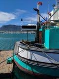 Barco amarrado em Cape Town, África do Sul imagens de stock royalty free
