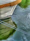 Barco amarrado em um cais Imagem de Stock
