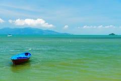 Barco amarrado em uma praia Imagens de Stock Royalty Free