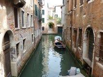 Barco amarrado en el canal Fotos de archivo