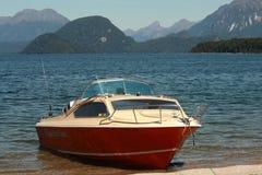 Barco amarrado en el lago Te Anau Foto de archivo libre de regalías