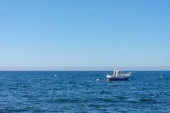 Barco amarrado en el medio del mar foto de archivo