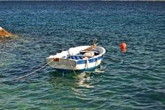 Barco amarrado en un mar ondulado Foto de archivo libre de regalías
