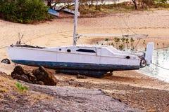 Barco amarrado en una playa imagenes de archivo