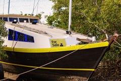 Barco amarrado en venta foto de archivo libre de regalías