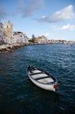 Barco amarrado fora do console dos ísquios Foto de Stock Royalty Free