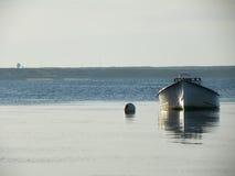 Barco amarrado na água maré calma fotografia de stock