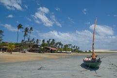 Barco amarrado na praia idílico Imagens de Stock Royalty Free